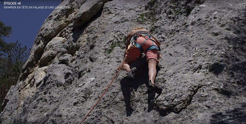 Tuto Escalade - Monter en tete en falaise - Jamais la corde derriere la jambe.jpg