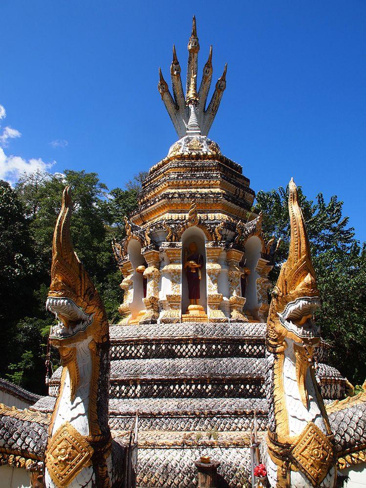 Thailande - Temple de Wat Ban Tham.JPG