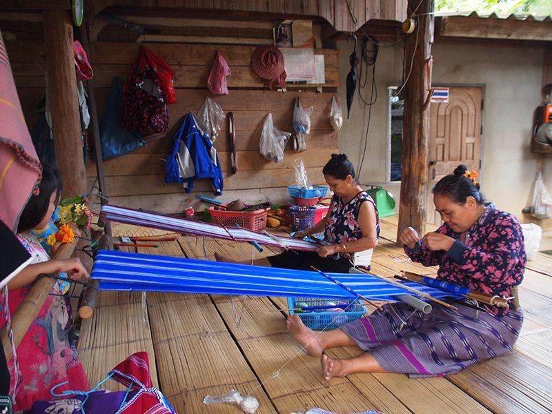 Thailande - Trek dans le parc national de Chiang Do - Tissage dans un village karen.JPG