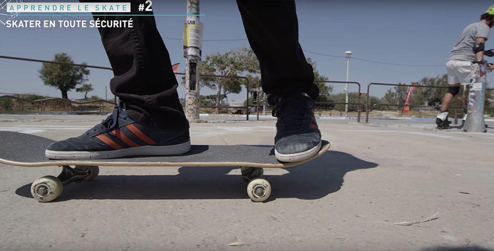 Monter sur sa board skate