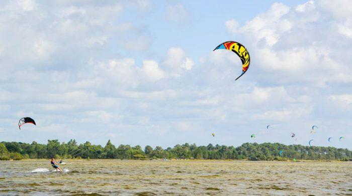 Kitesurf-sur-le-lac-de-carcans-Bombannes.jpg