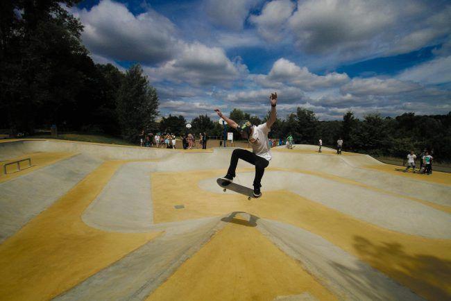 saut skate dans le skatepark de Bois le Roi