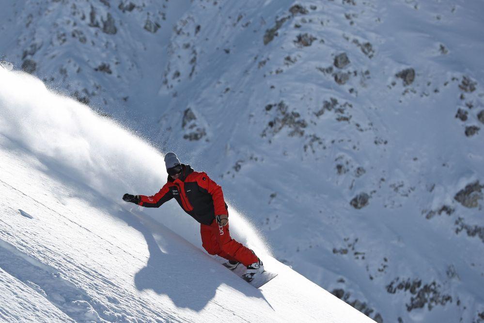 Moniteur-de-ski-en-snowboard