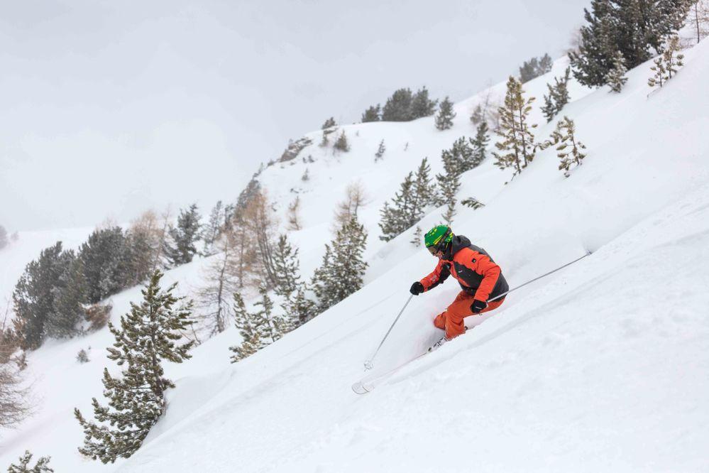 Moniteur-de-ski-en-hors-piste